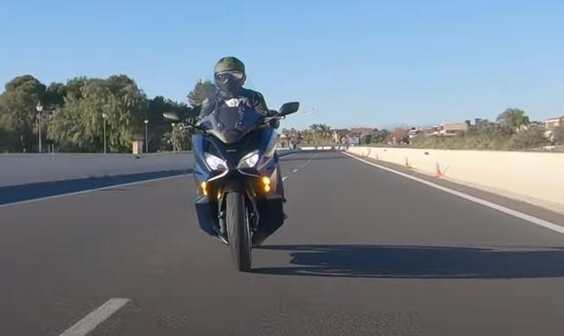 Essai MundoMotero : Honda Forza 750 2021 avec notre casque moto ELEKTRON